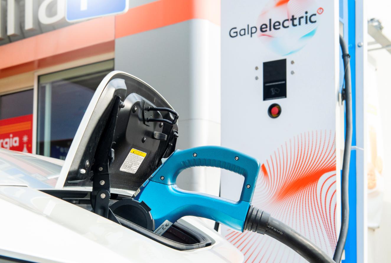 Carregar um carro elétrico é simples. Já experimentou?